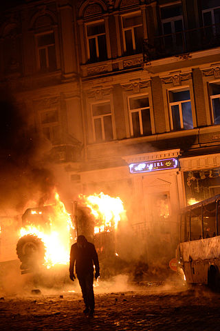 Dynamivska str barricades on fire. Euromaidan Protests. Events of Jan 19, 2014-5.jpg