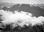 ETH-BIB-Glärnisch Nordwand mit Wolken aus 2700 m-Inlandflüge-LBS MH01-006530.tif