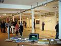 Edin Bajrić kündigt die Performance von Elisa Haug an auf der Art (F)Air 2012, Messe für zeitgenössische Kunst in Hannover.jpg