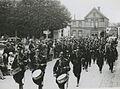 Een groep agenten van politie passeert de markt te Wijchen op de tweede dag van – F40828 – KNBLO.jpg