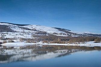 Embalse del Ebro después de una nevada, al fondo Quintana.jpg