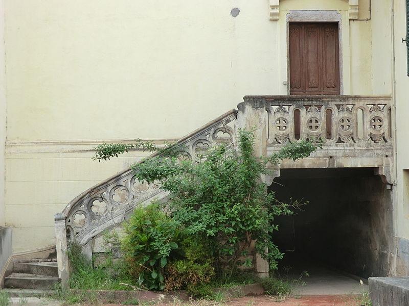 Escalier extérieur à l'Hôtel-Dieu de Belleville (Rhône).