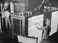 Fabricación de tubos fluorescentes en la empresa General Electric, en la localidad de Carlos Berg, provincia de Buenos Aires, 1957 - Colección Archivo General de la nación.jpg