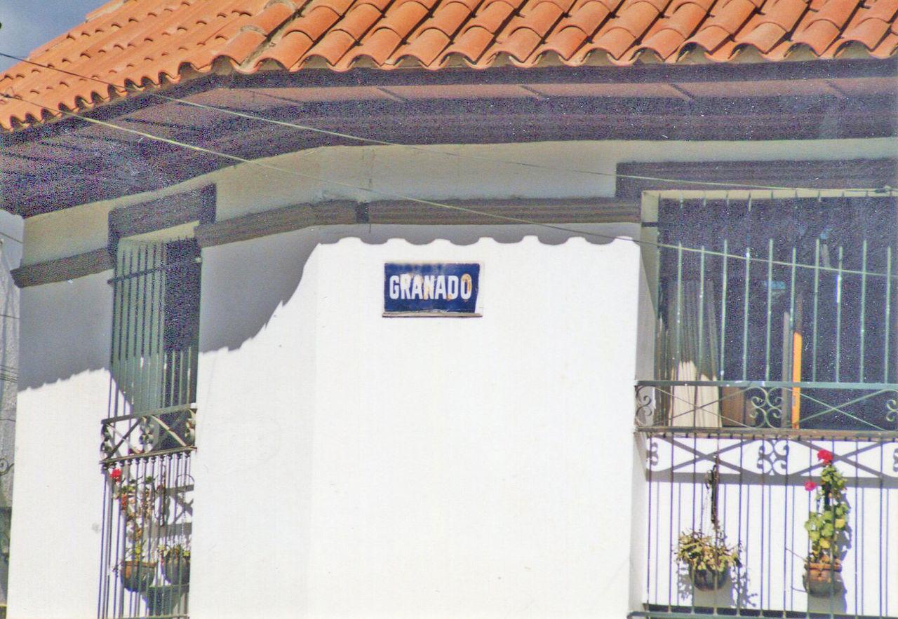 File fachada de una casa en estilo colonial con rejas de - Rejas de hierro forjado ...