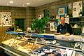 Fisch-Hampe Inhaber Ingmar Hampe hinter der Fischtheke und Martina Kreinhacke im Hintergrund.jpg