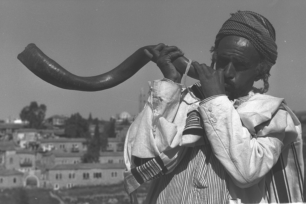 Flickr - Government Press Office (GPO) - PILGRIMS GREETED BY THE BLAST OF THE SHOFAR.jpg