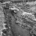 Fundering van gesloopte 18e eeuwse walmuur tussen brug en uitbouw - Haamstede - 20095469 - RCE.jpg