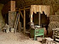 Gedenkstätte Silberbergtunnel Büdchen mit Ofen.jpg