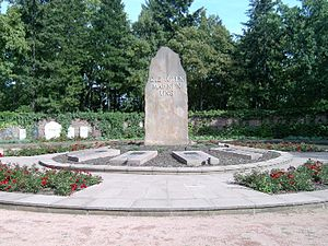 Zentralfriedhof Friedrichsfelde - Memorial: Central porphyry stele and inner circle of 10 graves