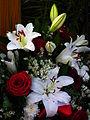 Grabschmuck weiße Lilien rote Rosen Oktober 2012.JPG