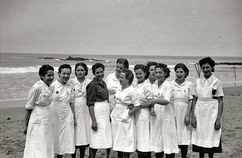 Reparto de comida por mujeres de la Sección Femenina de Falange Española. Autor: Pascual Marín Ruiz, 1939. Fuente: Kutxa Fototeka (CC BY-SA 3.0.)