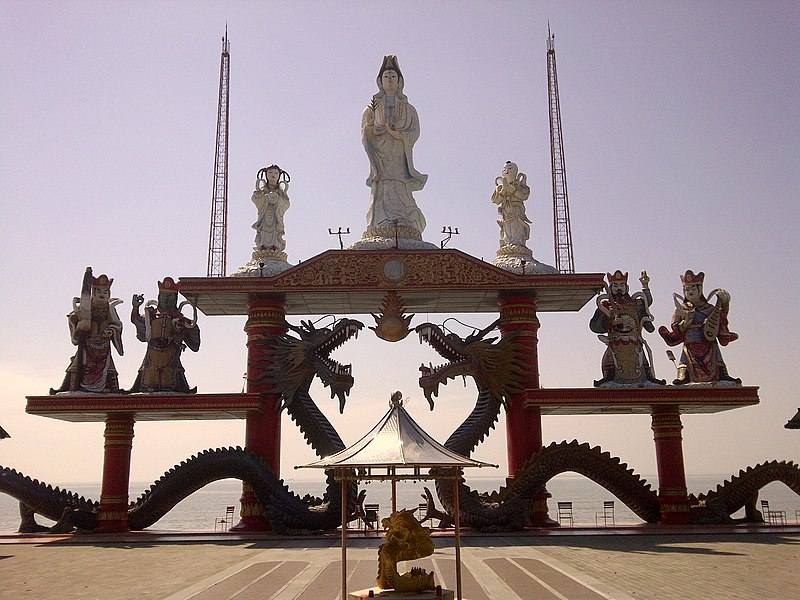 Berkas:Guan She Yin statue of Sanggar Agung Temple, Surabaya-Indonesia.jpg