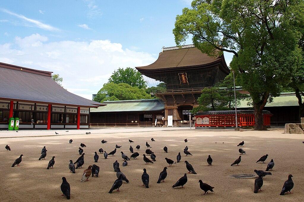 https://upload.wikimedia.org/wikipedia/commons/thumb/0/0b/Hakozaki-miya090806a.jpg/1024px-Hakozaki-miya090806a.jpg