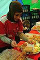 Hanife im Zelt der Arbeiterwohlfahrt der Region Hannover AWO serviert selbstgebackenen Kuchen gegen eine Spende.jpg