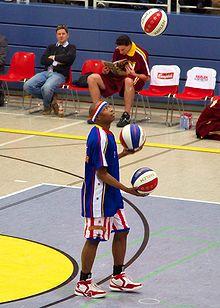 Un Harlem Globetrotters lance des ballons