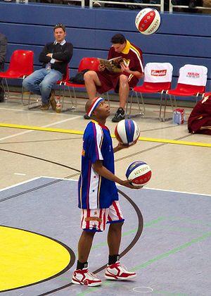 [Teams de Légende] Les Harlem Globetrotters 300px-Harlem_Globetrotters_juggling_with_tree_balls