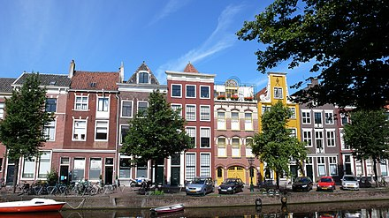 17th-century houses along the Herengracht Herengracht (Leiden).JPG
