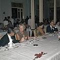 Het koninklijk paar aan de lunch in Yogyakarta. In het midden mevrouw Soeharto, Bestanddeelnr 254-9037.jpg