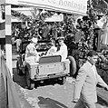 Het koninklijk paar in The Bottom in een jeep voor een rondrit over het eiland S, Bestanddeelnr 252-4094.jpg