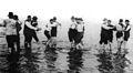 Hombres bailando tango en el río, 1904.jpg