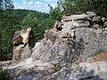 Husa, skalní útvary u stezky k vrcholu.jpg