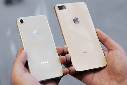 iPhone 8 perak di samping iPhone 8 Plus emas. a263cd7e8d