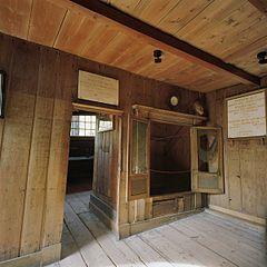 File interieur het interieur van het houten huis binnen het stenen huis met de bedstee waar - Binnen houten huis ...