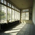 Interieur, overzicht van de serre met muurschildering, tegelvloer en vensters - Beek en Donk - 20388480 - RCE.jpg