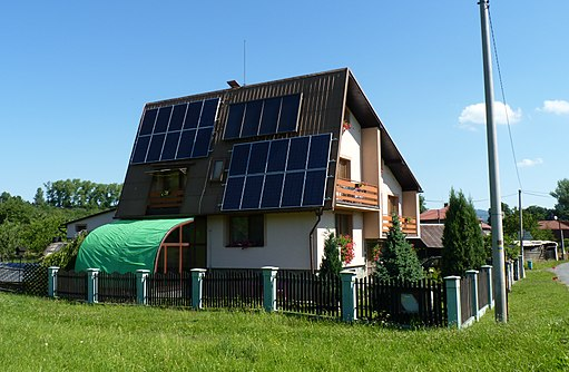 512px Jablunkov%2C d%C5%AFm se sol%C3%A1rn%C3%ADmi panely - Anatomy of a Self-Sufficient Home: Living Off the Grid