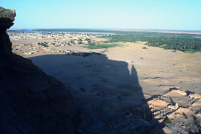 Datei:Jebel Barkal + Amun Temple.jpg