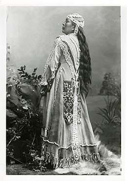Description de l'image Jennie, a Rogue River Indian who crafted the dress worn in this iconic Peter Britt portrait.JPG.