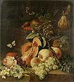 Johann Amandus Winck - Eine geteilte Melone, Pfirsiche, Trauben und verschiedene Blumen auf einem Sims (1795).jpg