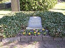 Grabstätte von Arnold auf dem Trinitatisfriedhof in Dresden (Quelle: Wikimedia)