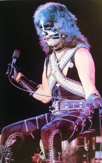 Criss performing in 1977 Kiss - Peter Criss (1977).jpg