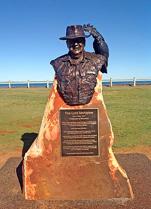 Alistair McAlpine, Baron McAlpine of West Green - Life-size bronze statue of Lord McAlpine outside Cable Beach, Broome, Western Australia by sculptor Linda Klarfeld.