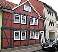 Kleines Fachwerkhaus mit Zwerchgiebel und rotem Putzgefächern - Eschwege Brühl - panoramio.jpg