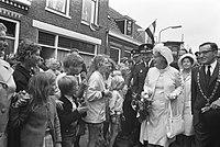 Koningin Juliana tijdens een wandeling door de Amsterdamse buurt in Haarlem, ver, Bestanddeelnr 925-7074.jpg