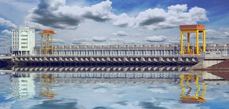 Archivo:La central desde aguas arriba.jpg
