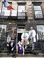 La troupe des Johnnies sur le parvis de l'Institut Français d'Écosse.jpg