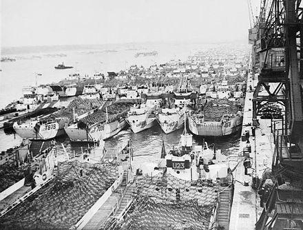 Mezzi da sbarco di vari tipi (tra cui alcuni Landing Craft Assault) stipati nel porto di Southampton in previsione del D-Day