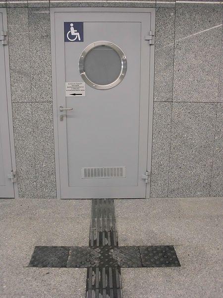 File:Lazienka-niepelnosprawnych-dworzec-warszawa-wschodnia.jpg
