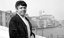 Lino Toffolo sul Ponte degli Scalzi lato Santa Croce con la chiesa di San Geremia sullo sfondo, nel 1969