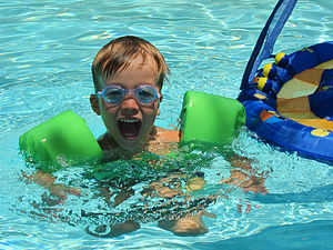 Inflatable armbands - Child swimming with inflatable armbands
