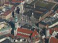 Luftbild München Marienplatz mit altem und neuem Rathaus.jpg