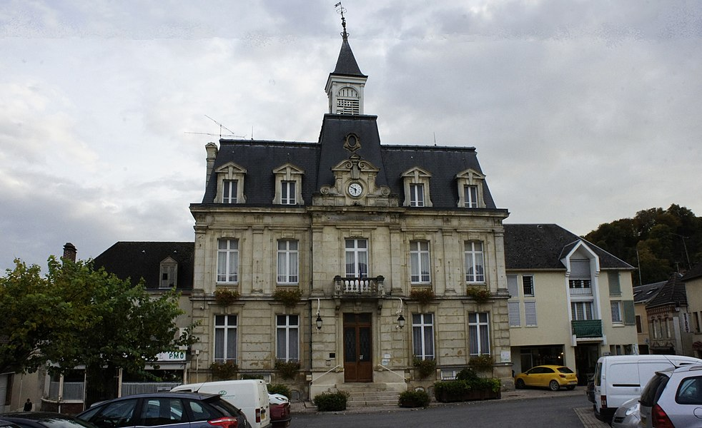 Vue de la place et de la Mairie de Verzy.