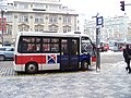 Malostranské náměstí, elektrobus v zastávce, bočně.jpg