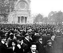 Protesta enParíspor la ejecución del famosopedagogolibertarioFrancisco Ferrer Guardia(17 de octubre de 1909).