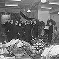 Mannen in jacquets staan rondom fabrieksdirecteur Jan van Abbe (midden rechts me, Bestanddeelnr 255-8470.jpg