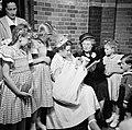 Meisje houdt baby op de arm temidden van vrouwen en kinderen, Bestanddeelnr 255-8597.jpg