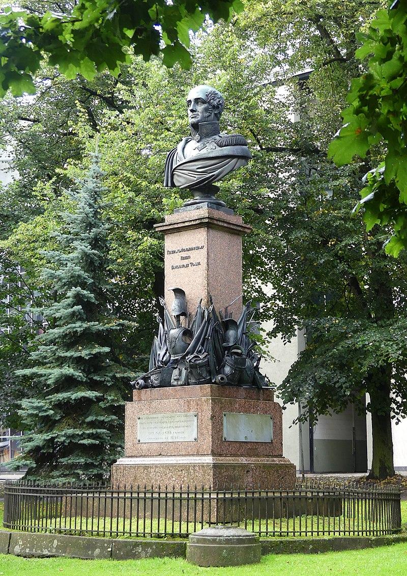 Memorial to Prince Barclay de Tolly, Tartu.jpg